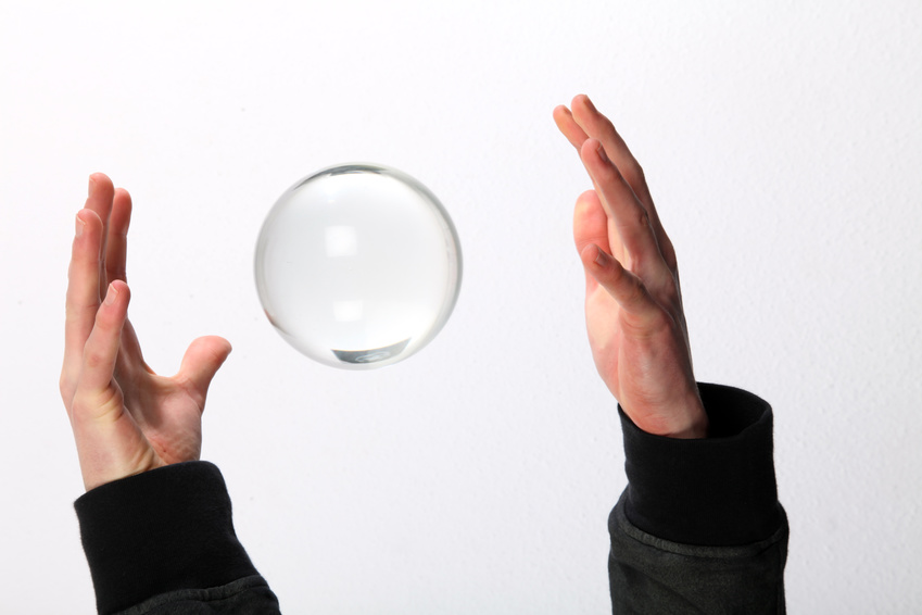 2 Hände werfen eine Glaskugel in die Luft